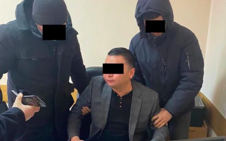 Главу пресс-службы президента Киргизии задержали за вымогательство