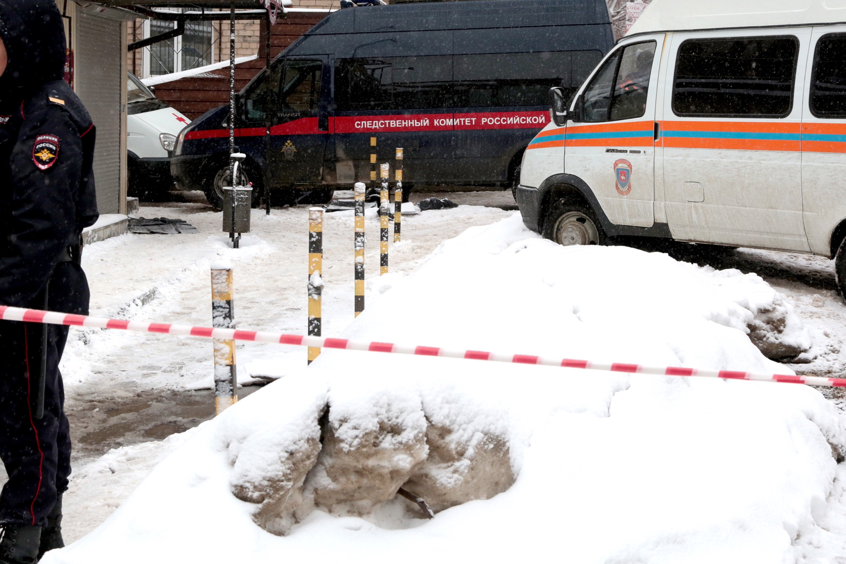 В Москве из окна многоэтажки выпала и погибла школьница