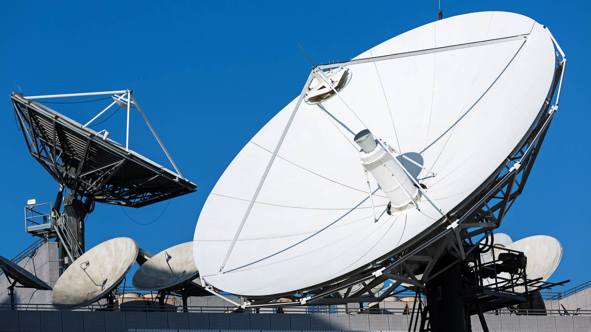 Илон Маск уничтожит сотовые вышки: как развивается спутниковый интернет