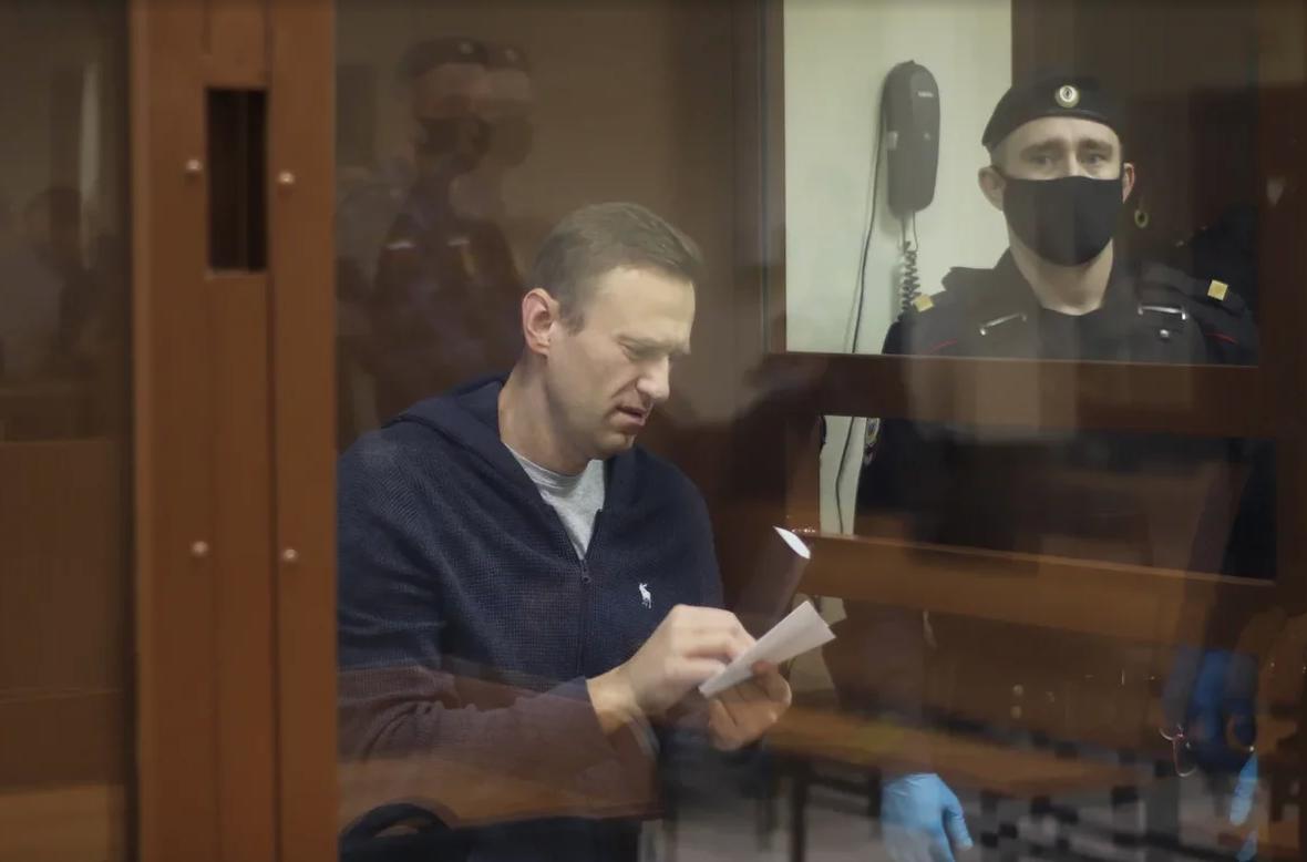 Навальный получил уже шесть замечаний от судьи на заседании по делу о клевете на ветерана