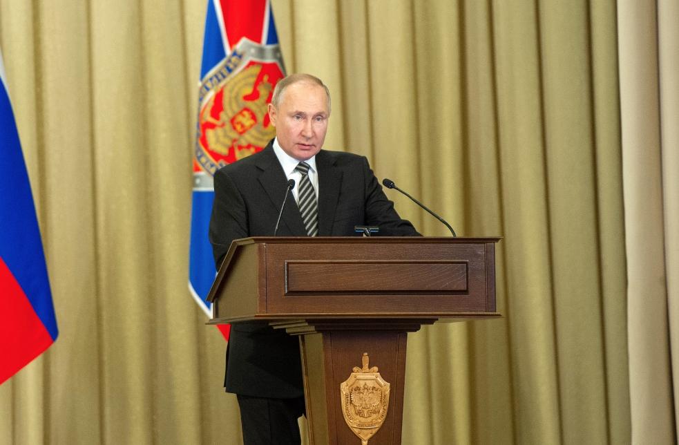 Путин призвал ФСБ пресекать обслуживание интересов тех, кто 'платит из-за бугра'