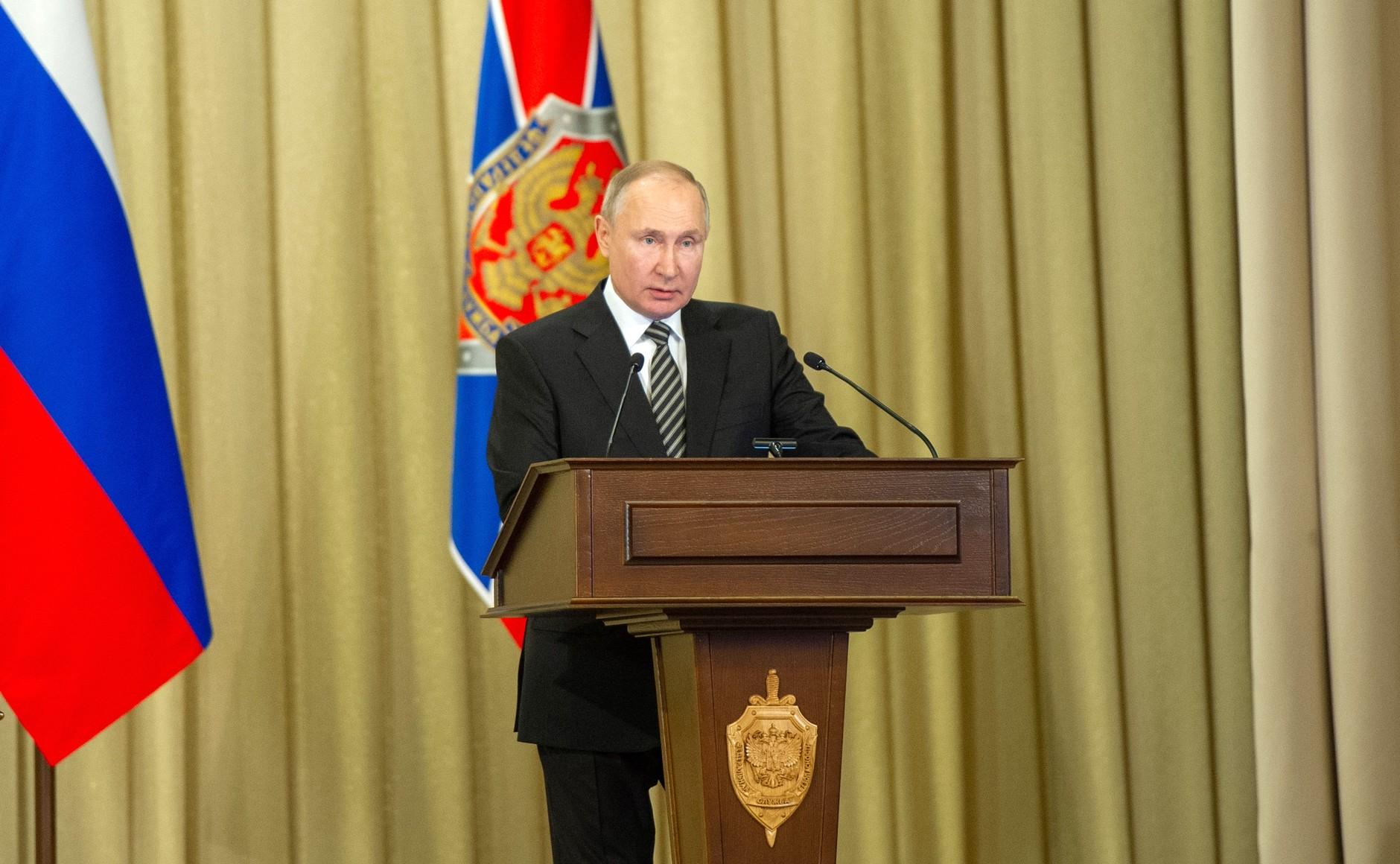 Путин потребовал бороться с коррупцией на всех уровнях власти