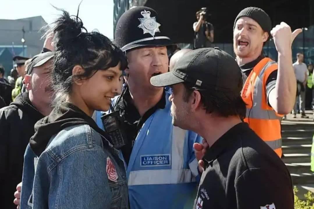 Случайное фото девушки во время протестов сделало её моделью, чей уверенный взгляд поразил агентства