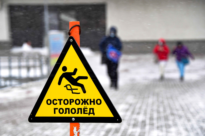Зимние хлопоты: как получить компенсацию за травмы из-за неубранных от снега и льда дорог