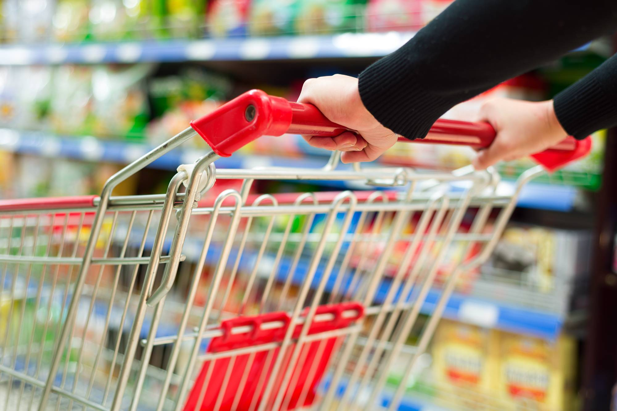 Потребительские корзины в феврале: как изменилась стоимость продуктов в 'Пятёрочке', 'Ашане' и 'Перекрёстке'