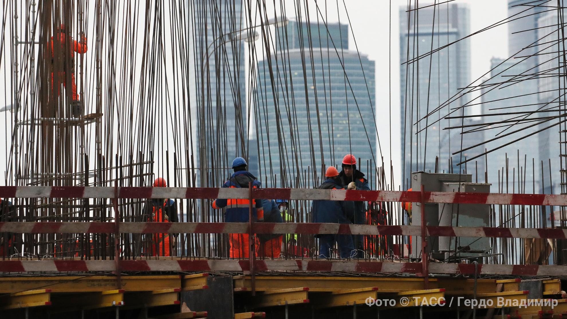 На стройках не хватает рабочих: как это отразится на зарплате и стоимости жилья