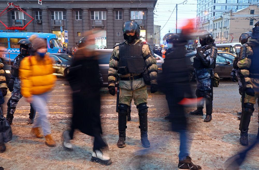 В МВД сочли обоснованным применение силы полицией на незаконных акциях в Москве