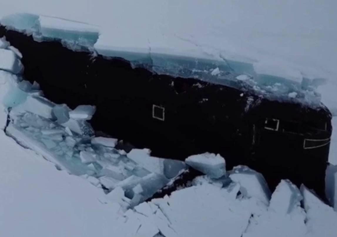 Впервые в истории три атомные подлодки России одновременно всплыли, проломив лёд в Арктике — видео