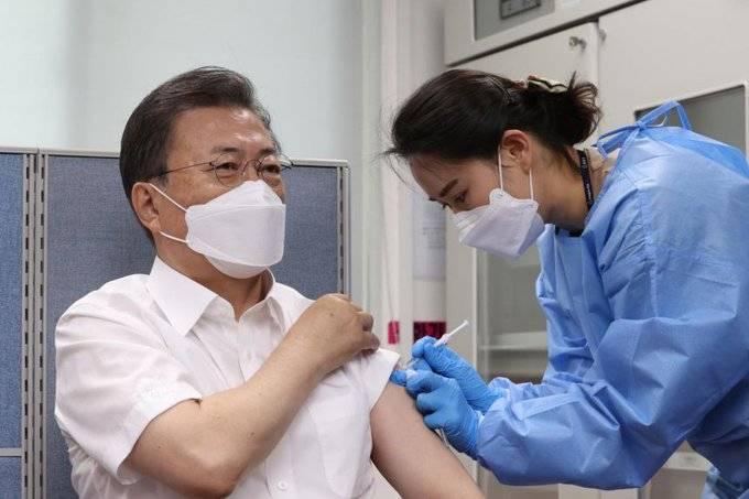 Президент Южной Кореи вместе с женой привился вакциной AstraZeneca