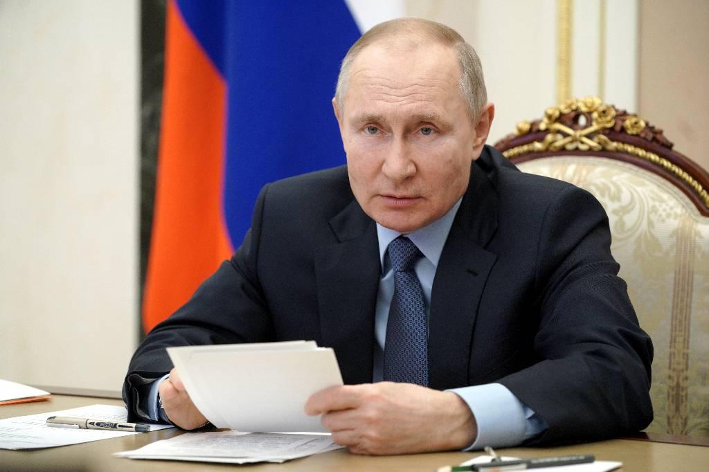 Путин поручил доложить о ситуации с зарплатами бюджетников до 20 апреля
