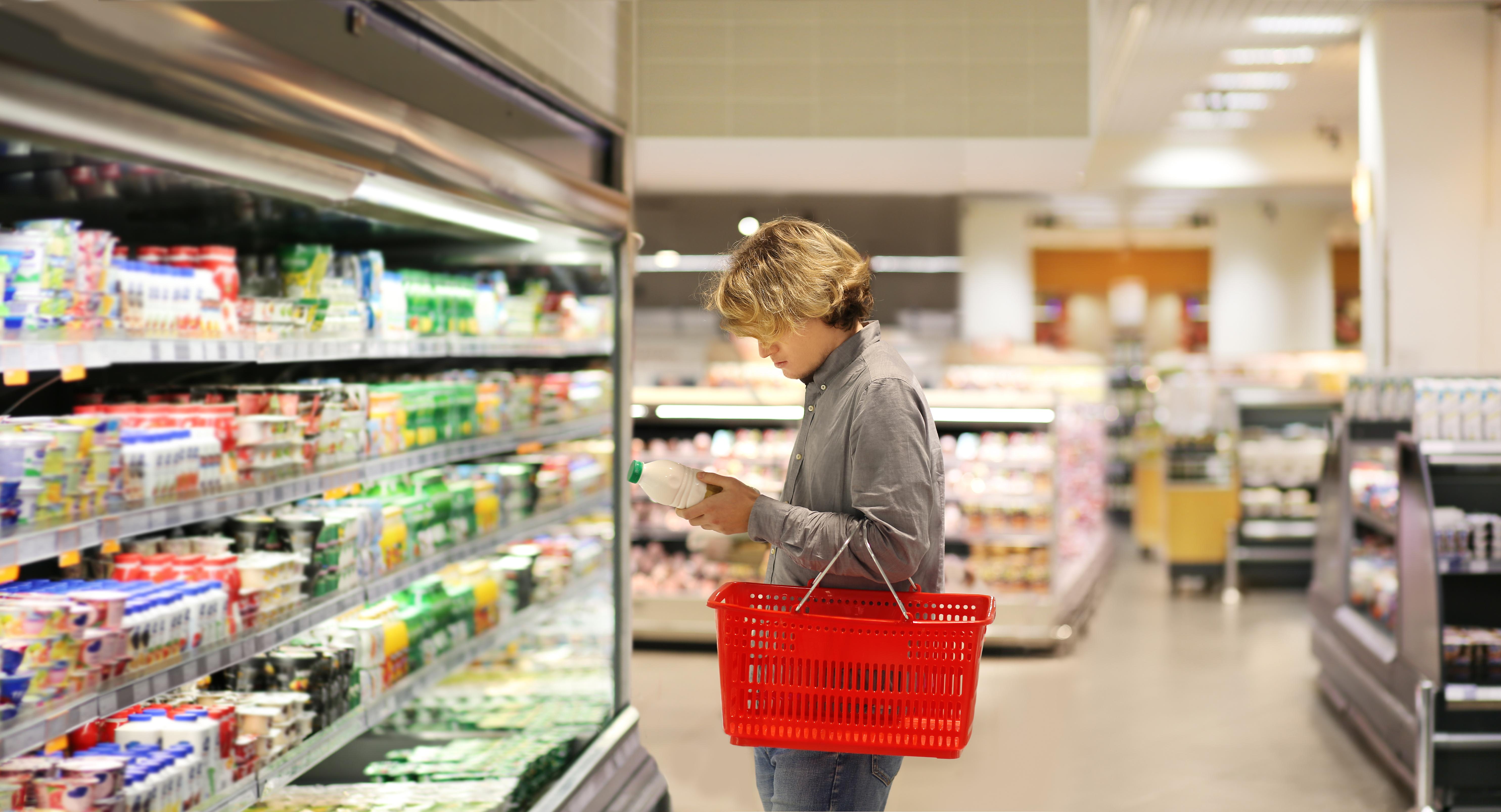 Потребительские корзины в марте: как изменилась стоимость продуктов в 'Пятёрочке', 'Ашане' и 'Перекрёстке'