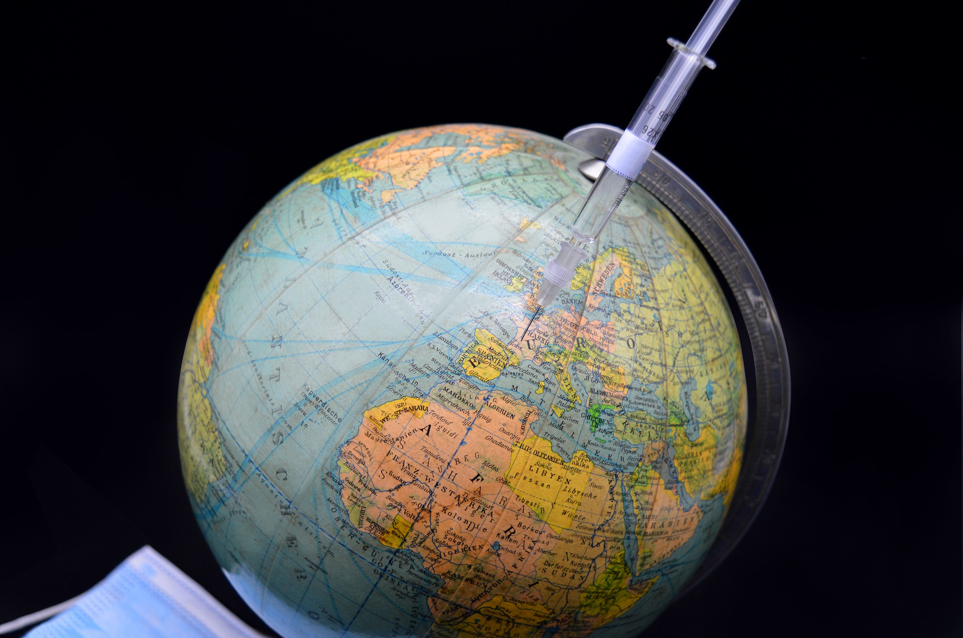 'Абсолютно не согласны': Песков оценил заявление Макрона о 'мировой войне нового типа' из-за вакцин