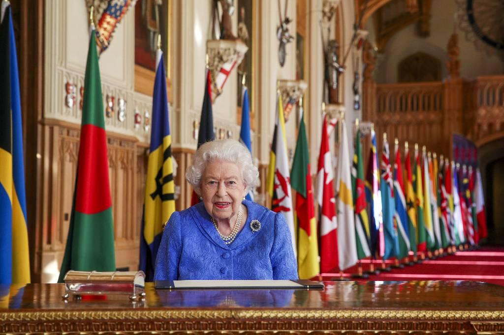 Нужно больше времени на ответ: Елизавета II не стала подписывать заявление по поводу интервью принца Гарри и Меган Маркл