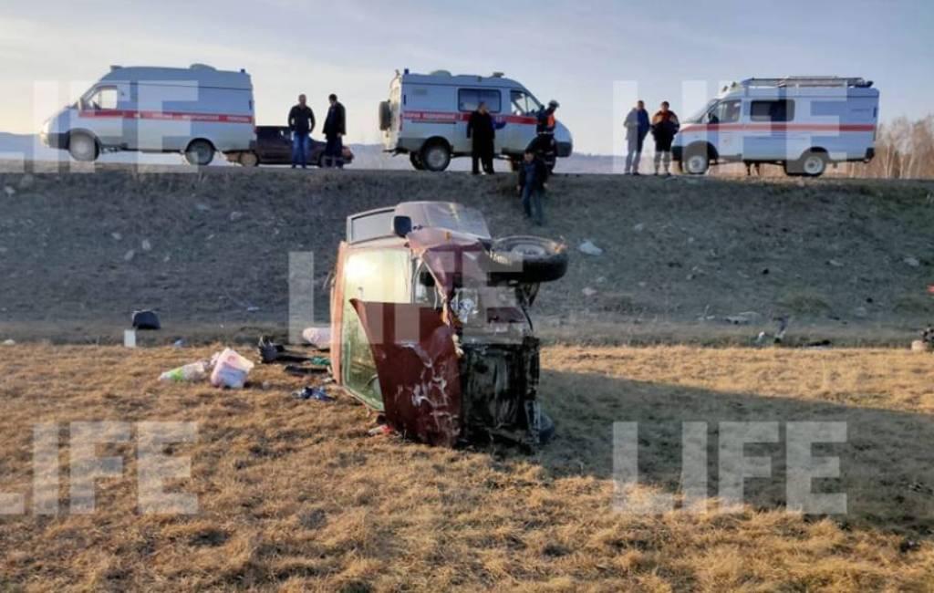 'Закрутило и выкинуло на обочину': Один человек погиб и шестеро пострадали в ДТП с микроавтобусом в Башкирии