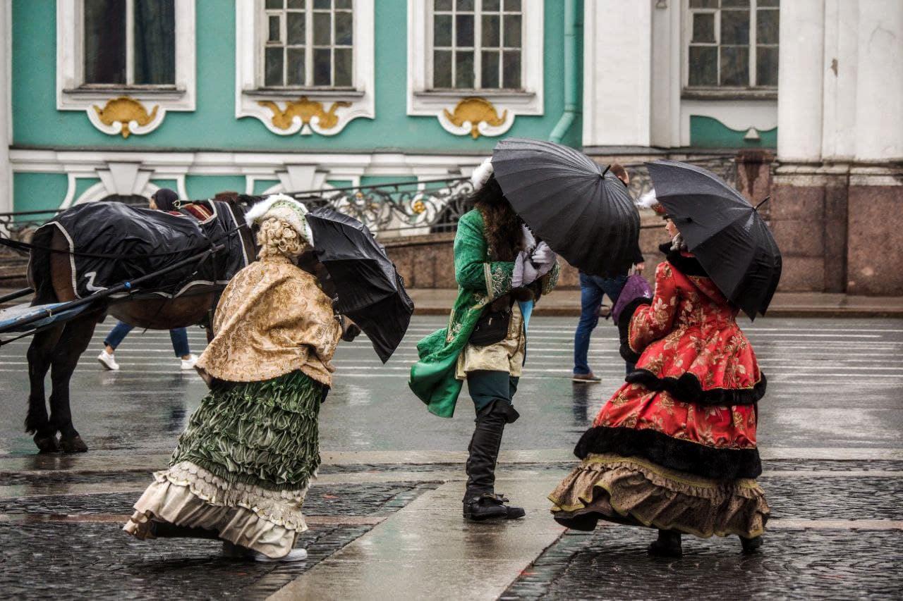 Идеальный петербургский коктейль для туристов. Смотрите, как в городе гуляют под майским снегом с дождем