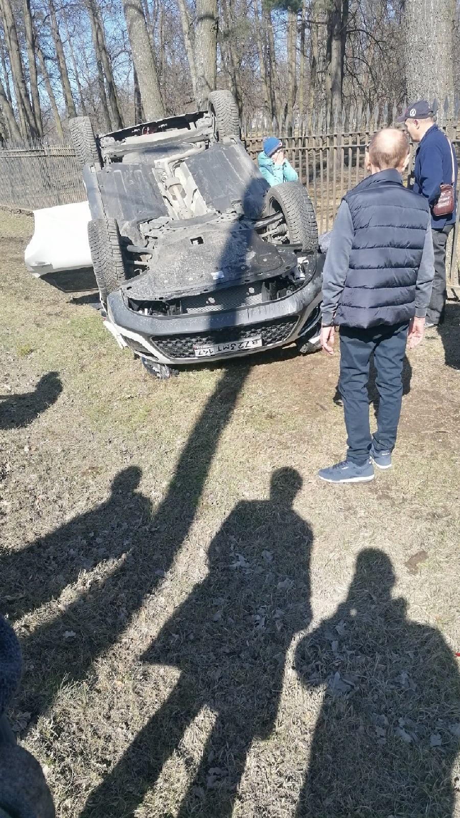 В Петергофе слетевший в кювет «КИА» прижал ребёнка к забору. Девочку госпитализировали