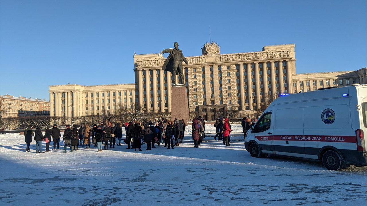 В Петербурге участнику флешмоба в поддержку Путина вызвали скорую. Но ролик бюджетники сняли