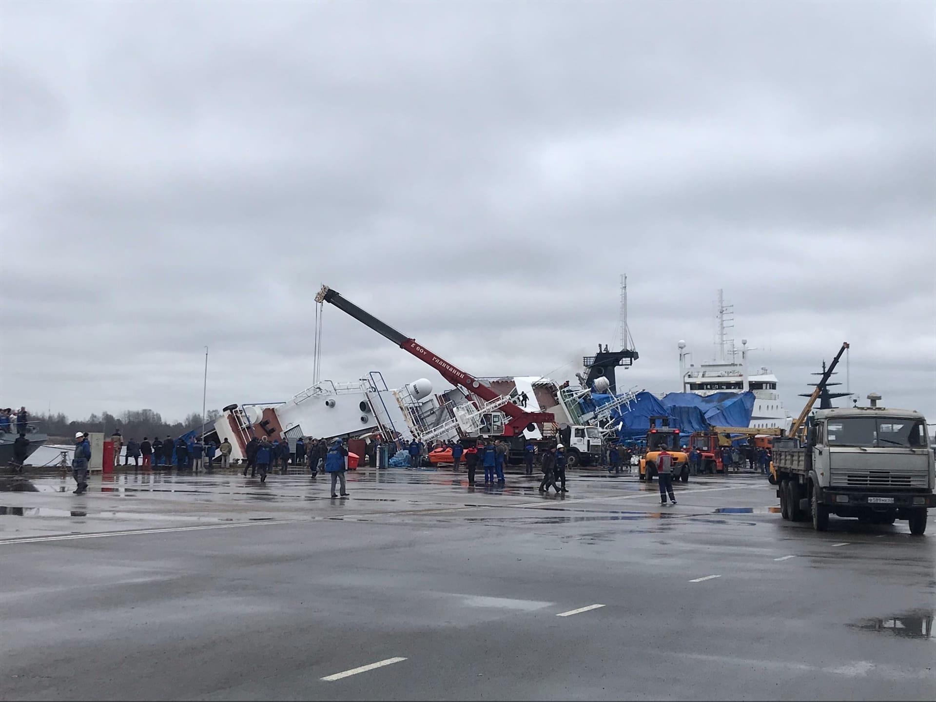 На заводе «Пелла» под Петербургом завалилось судно с людьми