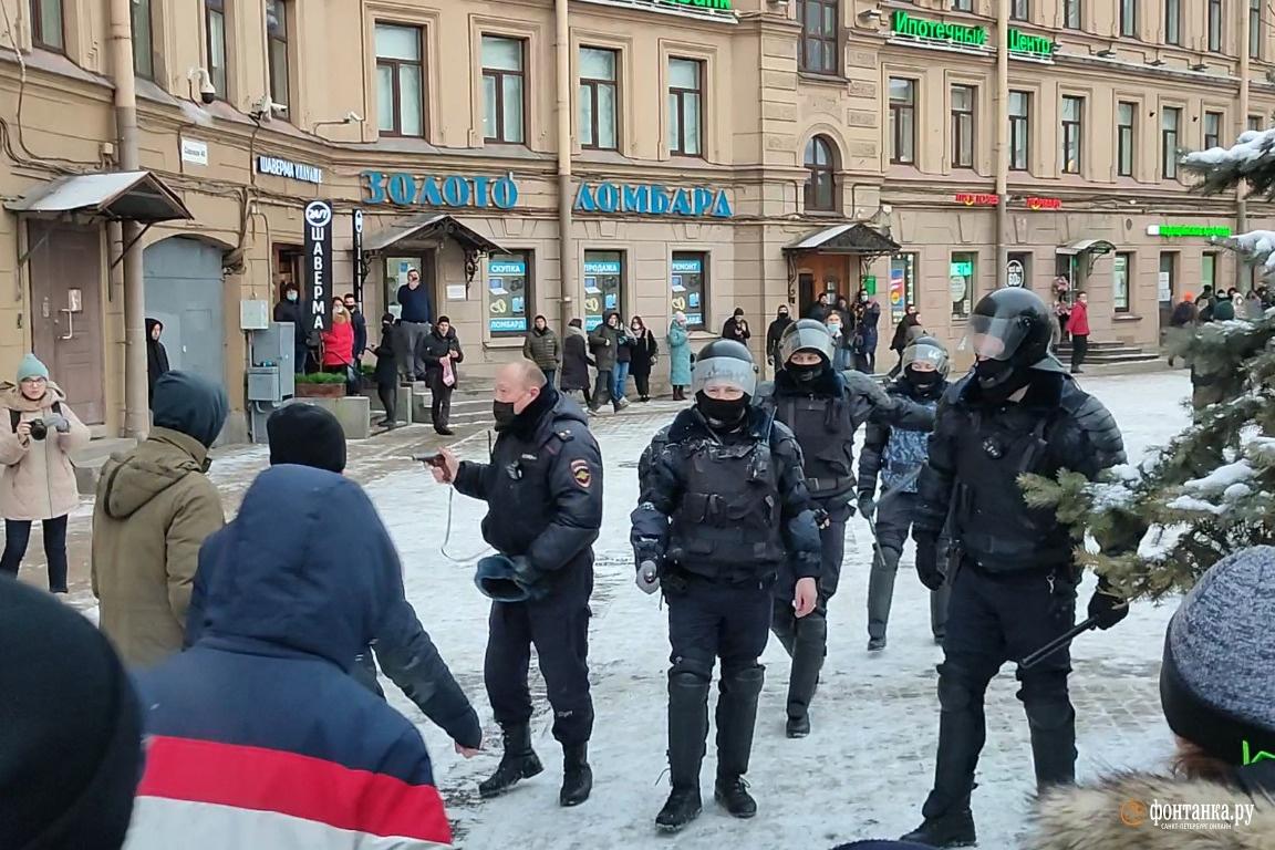 Несогласные в Петербурге прижали полицейских на Сенной. Их охладили демонстрацией табельного оружия