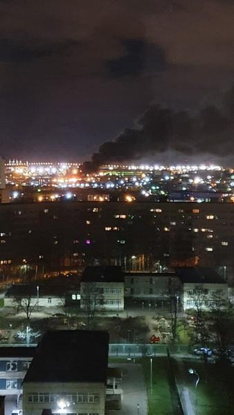 Пожар по повышенному номеру тушат на юго-западе Петербурга. Дым от него горожане наблюдают из окон своих домов