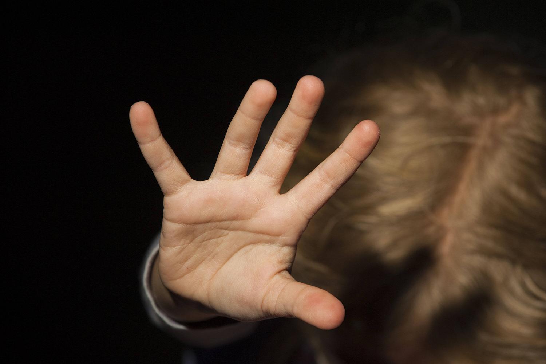 «Запрись на ключ, а маме мы не скажем». Что стоит за исповедью девочки о первом сексуальном опыте в детском лагере