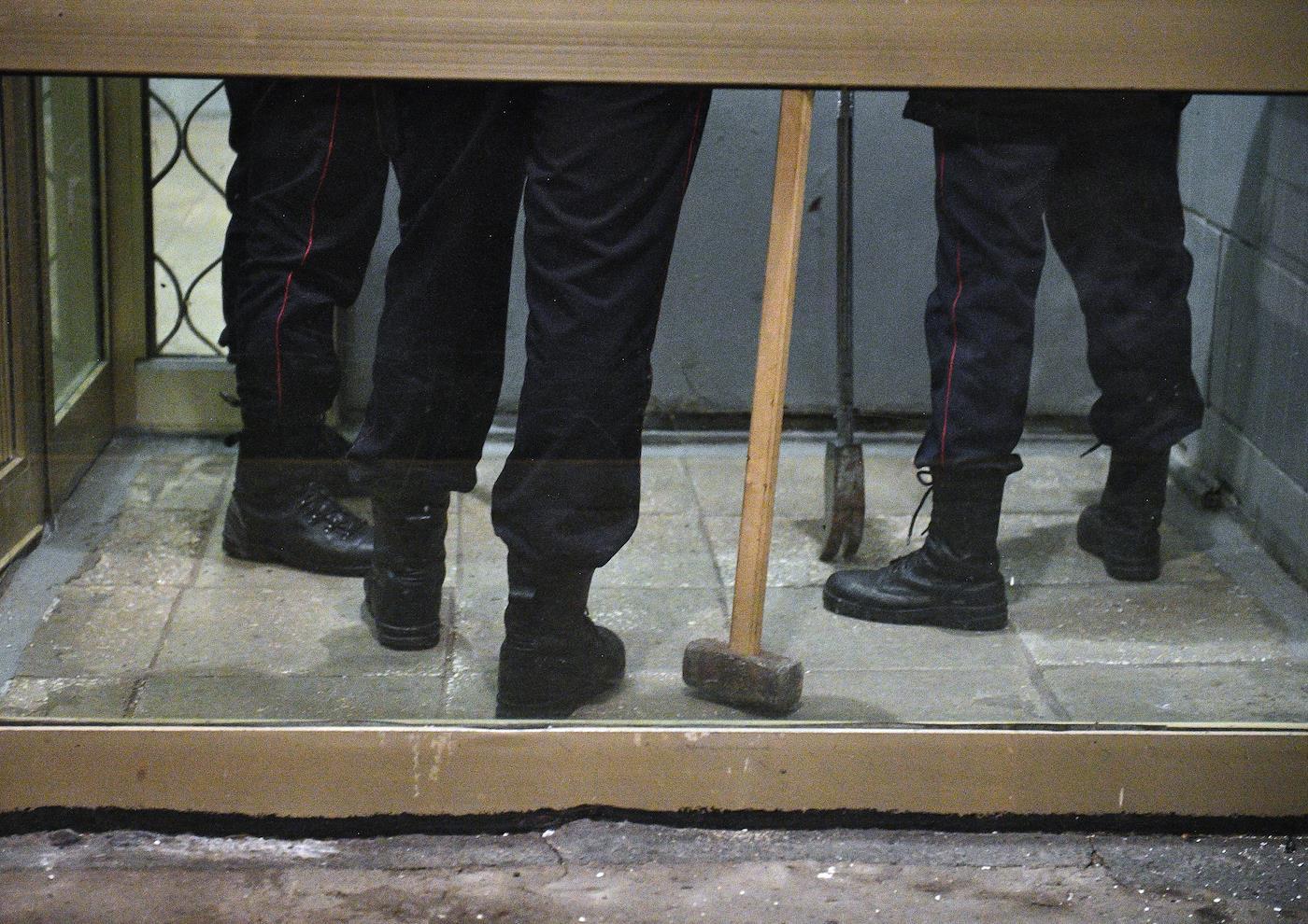 Полиция опечатала администрацию Купчино. Чиновники и депутаты обвиняют друг друга во вранье и казнокрадстве